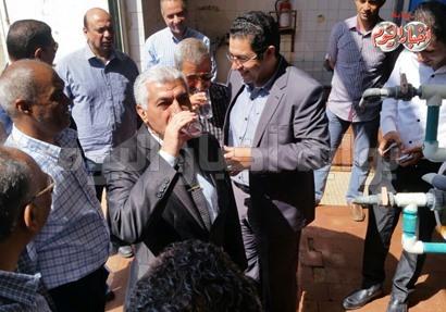 مساعد رئيس الهيئة يشرب من المياه بمدينة القصير