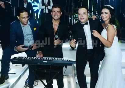 عمرو دياب مع العروسين