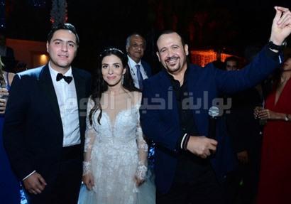 هشام عباس مع العروسين