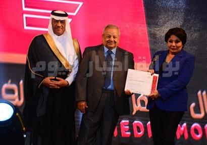 فردوس عبد الحميد خلال تكريمها بالحفل
