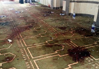 آثار الدماء على أرضية مسجد الروضة