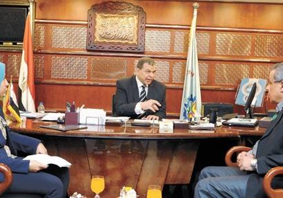 وزير القوى العاملة خلال حواره مع رئيس تحرير أخبار اليوم ومحررة أخبار اليوم