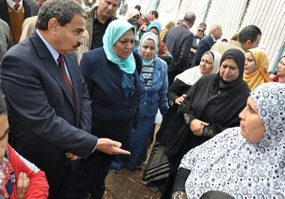 د.سعاد عبد المجيد تتابع حملة تنظيم الأسرة بقرية العجوزين
