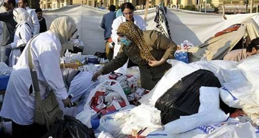 ثوار الزقازيق يقذفون مقر الحرية والعدالة بزجاجات المولوتوف