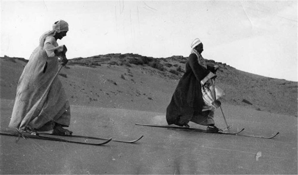 مصريان يتزلجان على الرمال بالجلباب البلدي