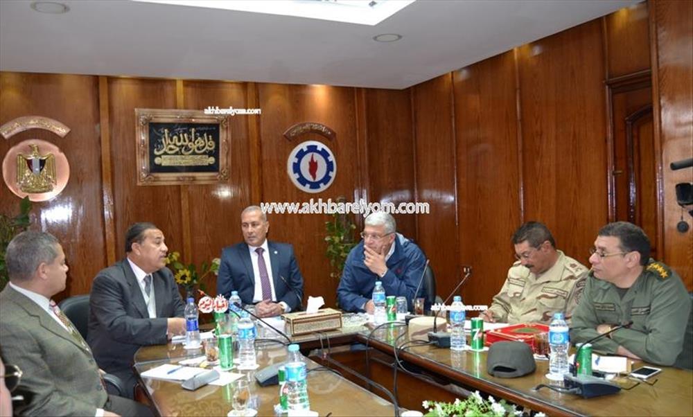 محافظ السويس خلال لقاء رؤساء الهيئات