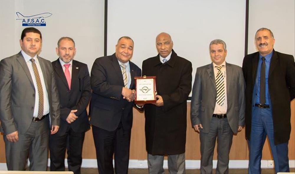 الشريف اثناء تكريم مدير الايكاو بتونس