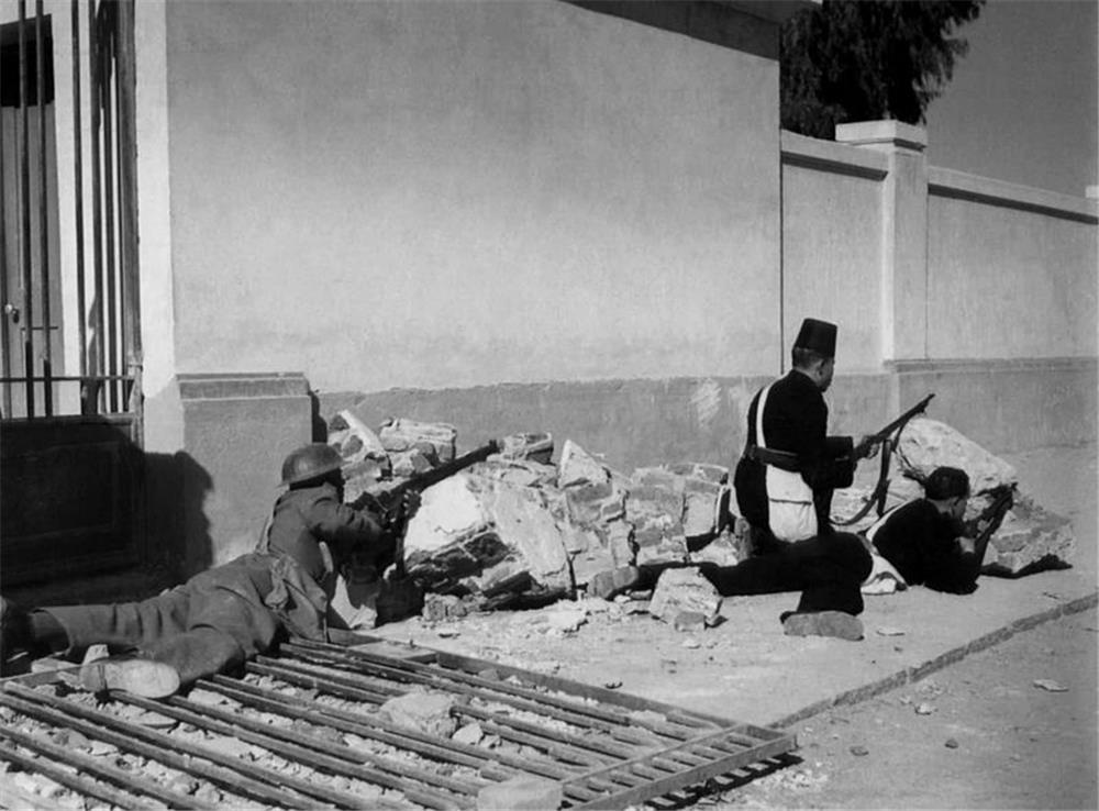 أفراد من القوات المصرية أثناء الاشتباكات بموقعة الإسماعيلية 1952