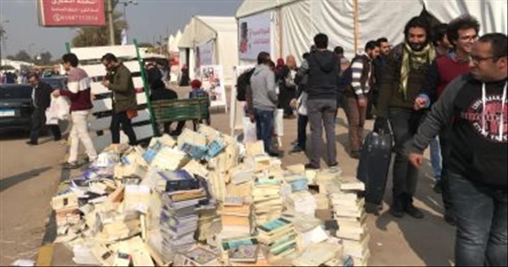 الكتب الملقاة على الأرض بالمعرض