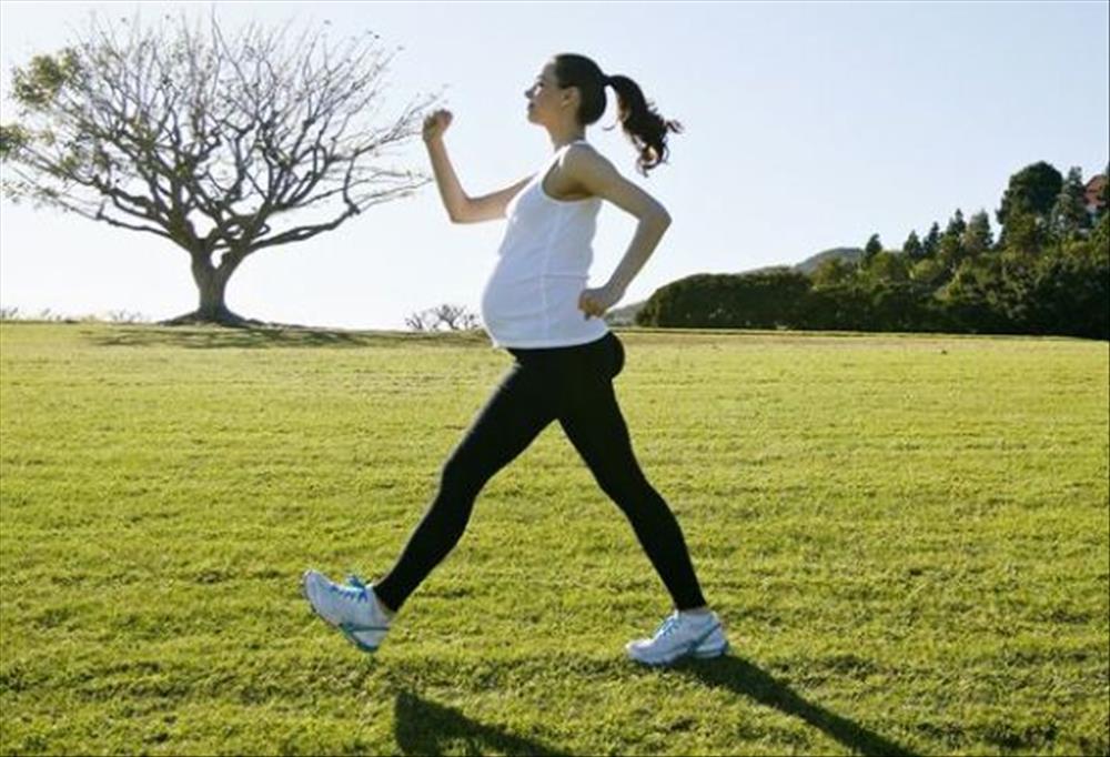 أهمية المشي والرياضة للحامل