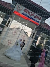 عروس تلتقط صور تذكارية أمام نادي الزمالك