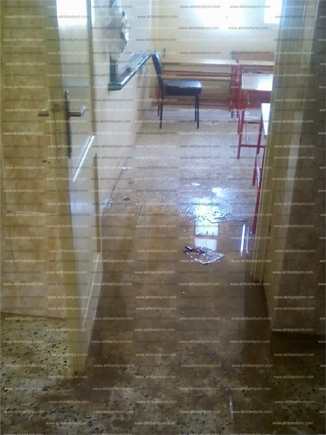 صورة لانتشار مياه الصرف داخل الفصل