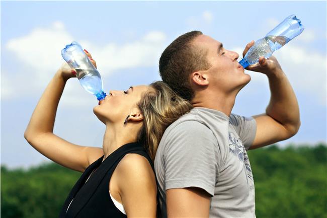 فوائد شرب الماء وتناولها أثناء ممارسه التمرينات الرياضه