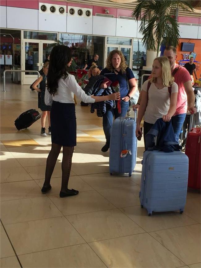 توزيع الورود على الراكبات بمطار شرم الشيخ الدولي