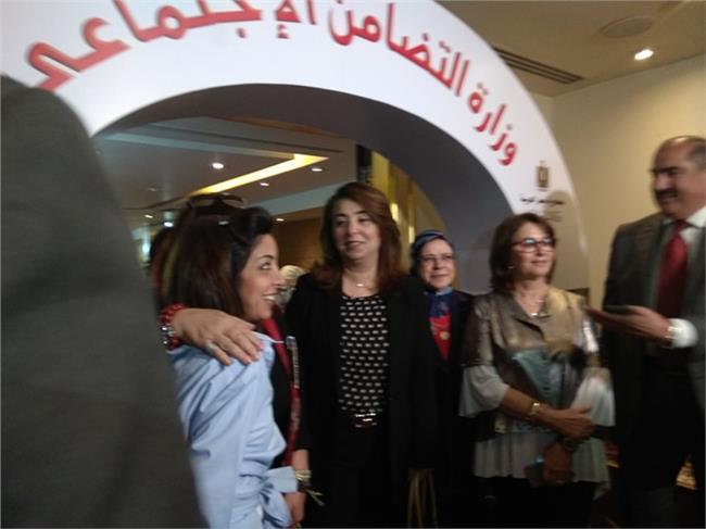 والي تفتح معرض «عيد اﻷم» للأسر المنتجة