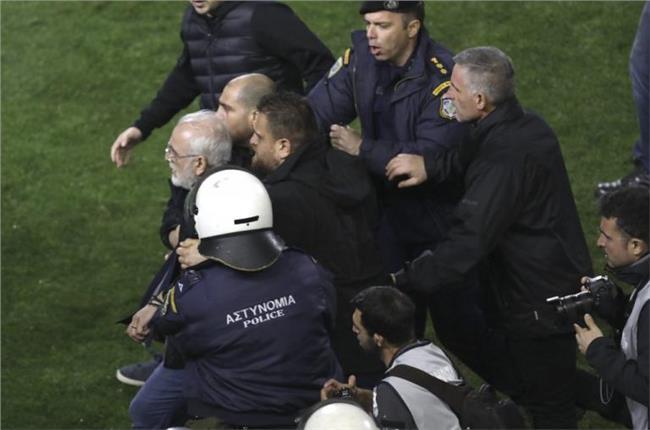 سافيديس يقتحم ملعب مباراة باوك وآيك