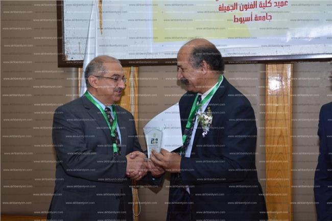 نائب رئيس جامعة أسيوط يكرم د. سلطان أبوعرابي