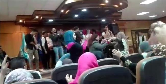 """رقص على المهرجانات بحفل تكريم العاملين بـ """"اداب"""" طنطا.. وعميد الكلية:لست راضيا"""