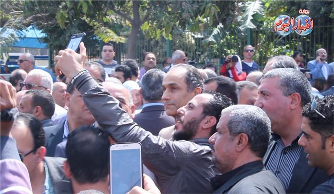 مواطنون يلتقطون السيلفي جمال مبارك