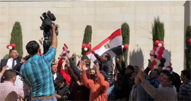المصريون يتوافدون على السفارة المصرية بالأردن