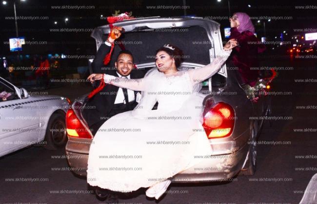 صورة للعروسين داخل شنطة العربية