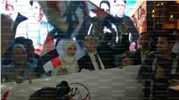 عروسان يحتفلان بفوز السيسي أمام جامعة القاهرة
