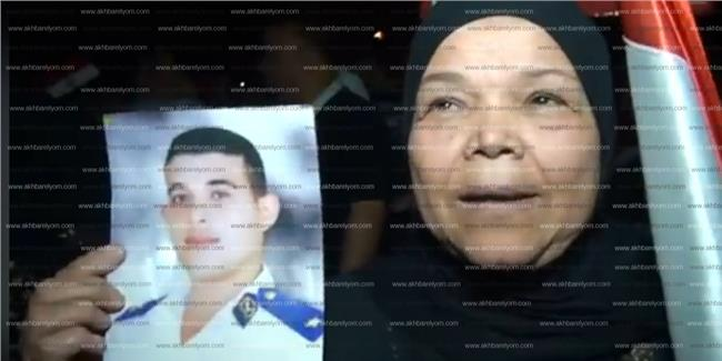 والدة الشهيد ضياء فتحي بميدان الشهيد هشام بركات