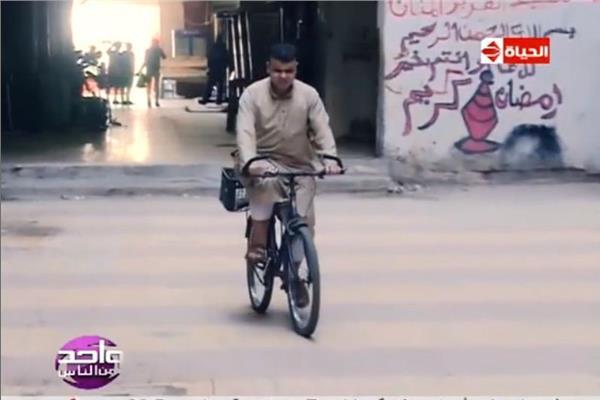 شاهد| شيخ ضرير يقود الدراجة والسيارة ولم يتعرض للحوادث