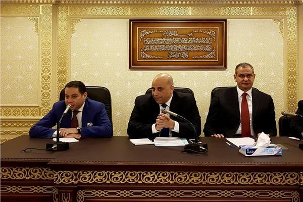 وزير قطاع الأعمال أثناء الاجتماع