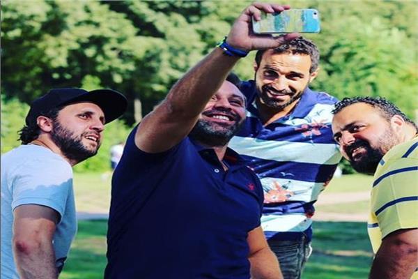 هشام ماجد يحتفل بعيد ميلاد حازم إمام على طريقته الخاصة