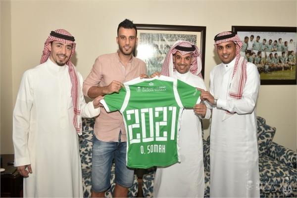 عمر السومة نجم الأهلي السعودي بعد تجديد عقده