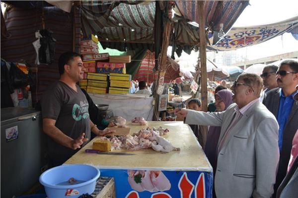المحافظ خلال جولته بسوق الجمعة