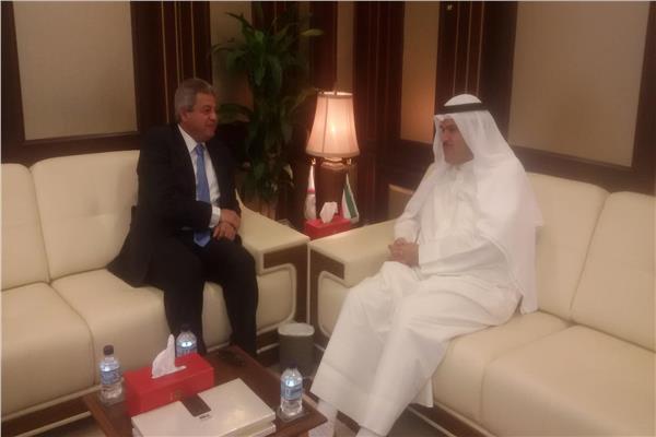 وزير الشباب يلتقي رئيس الطيران المدني بدولة الكويت