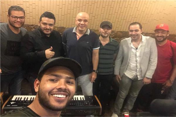 محمد شاهين خلال تسجيله للأغنية