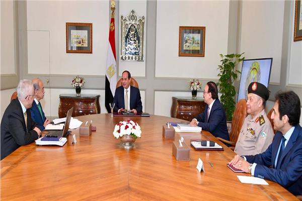 السيسي خلال لقائه برئيس الوزراء ووزيري التعليم والاتصالات