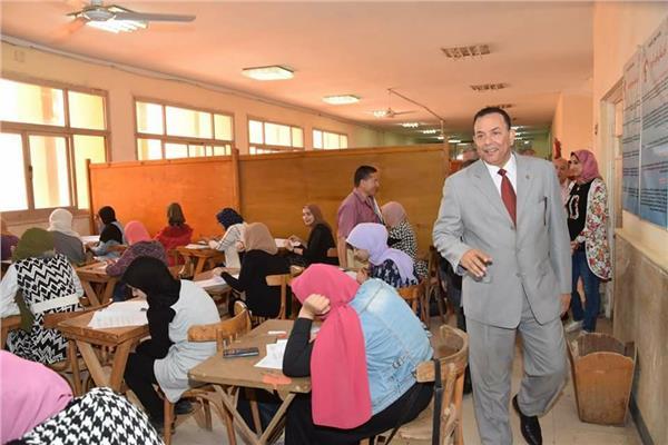 رئيس جامعة المنوفية يتفقد امتحانات كليتي «العلوم والتجارة»