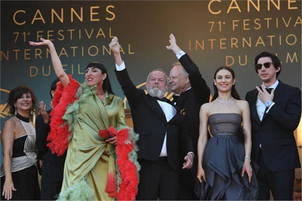 نجوم الفن يحتفلون بجوائزهم على السجادة الحمراء بمهرجان كان