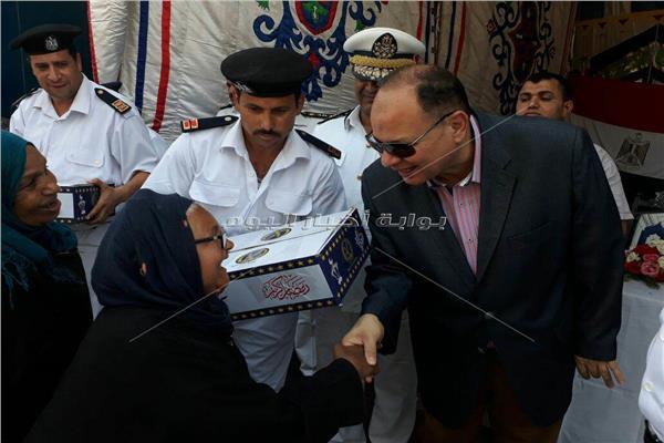 مدير أمن الجيزة يوزع كراتين رمضان على أهالي