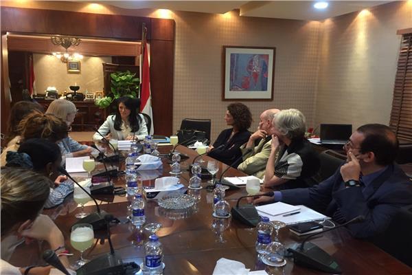 وزيرة السياحة تلتقي بوفد إعلامي متخصص في مجال الآثار