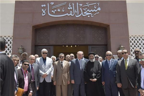 الفريق مهاب مميش امام المسجد