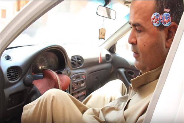رجب يقود سيارته بقدميه