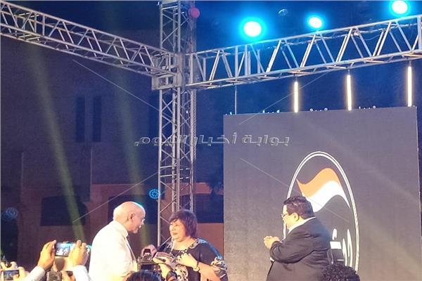 وزيرة الثقافة تتسلم وسام الشرف الذهبي