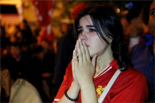 حزن إحدى مشجعات ليفربول