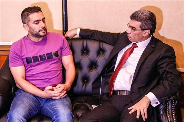 هاني سلامة وأسرة مسلسل «فوق السحاب» في ضيافة الكاتب الصحفي ياسر رزق