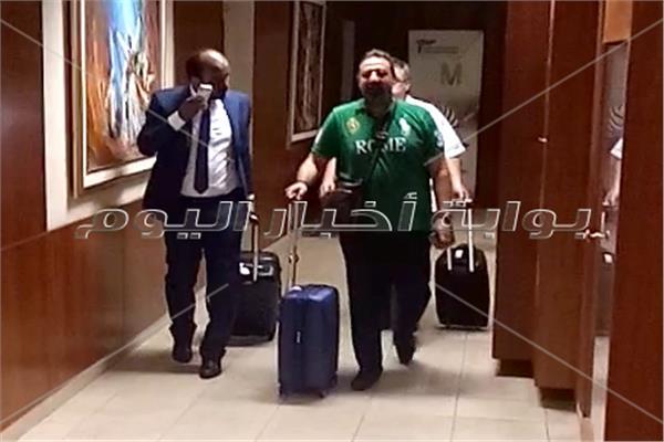 مجدي عبد الغني خلال مغادرته مطار القاهرة