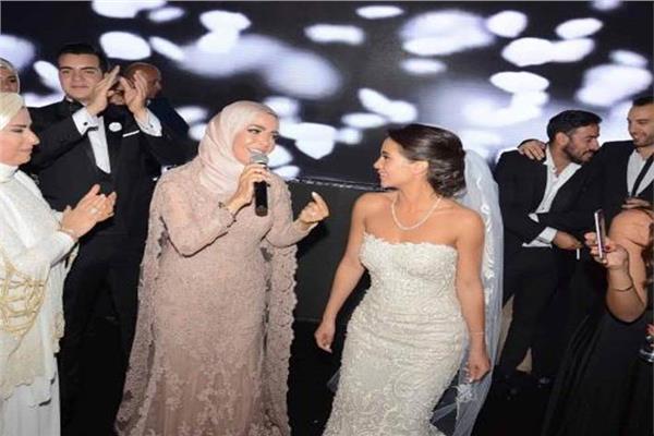الفنانة منى عبد الغني تغني في حفل زفاف ابنتها