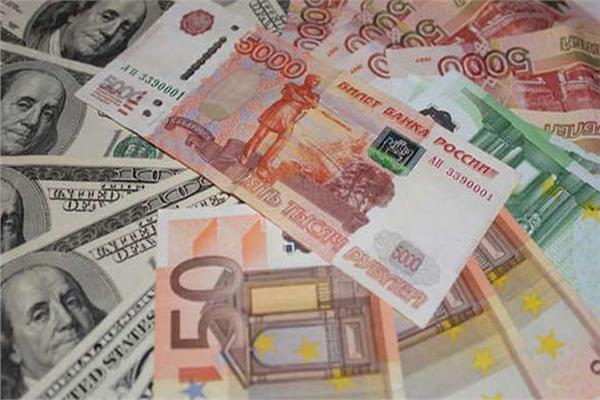 سعر الروبل الروسي أمام الدولار الأمريكي واليورو -أرشيفية