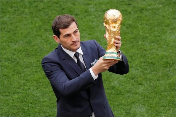 صورة لإيكر كاسياس وهو يحمل كأس العالم
