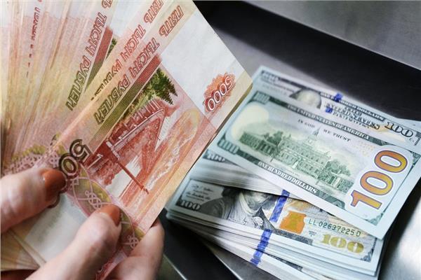 تعرف على سعر الروبل الروسي أمام الدولار الأمريكي -أرشيفية