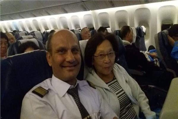 الراكبة الصينية و رئيس طاقم ضيافة بشركة مصر للطيران محمد بدر